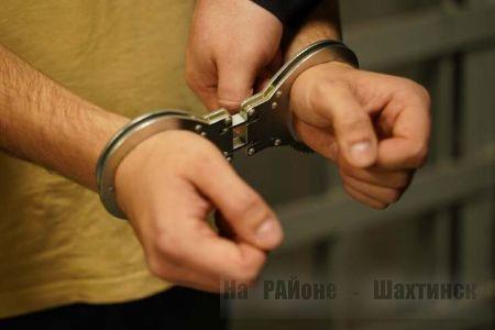 Группа молодых людей украла колонки и колеса из дома жительницы Шахтинска