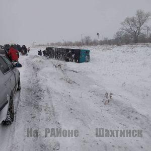 Пассажирский автобус опрокинулся в кювет в Карагандинской области