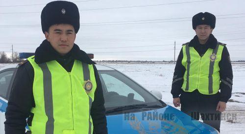Женщину и двоих детей спасли полицейские в Шахтинске