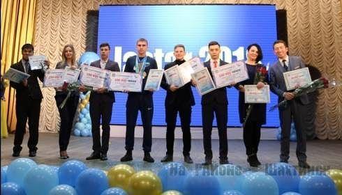 В Шахтинске и Жезказгане премии получили молодые предприниматели и активисты.