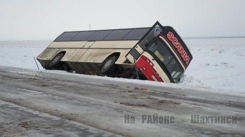Пассажирский автобус опрокинулся на трассе Караганда — Абай