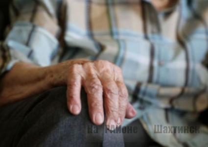 Грабитель вырвал из рук пенсионерки пакет с продуктами и кошельком в Шахтинске,