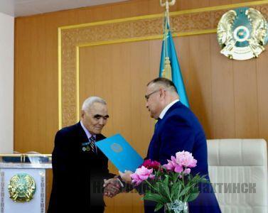 Аким города поздравил с юбилеем Почетного гражданина города