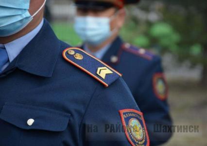 Двое мужчин вымогали деньги у жителя Шахтинска